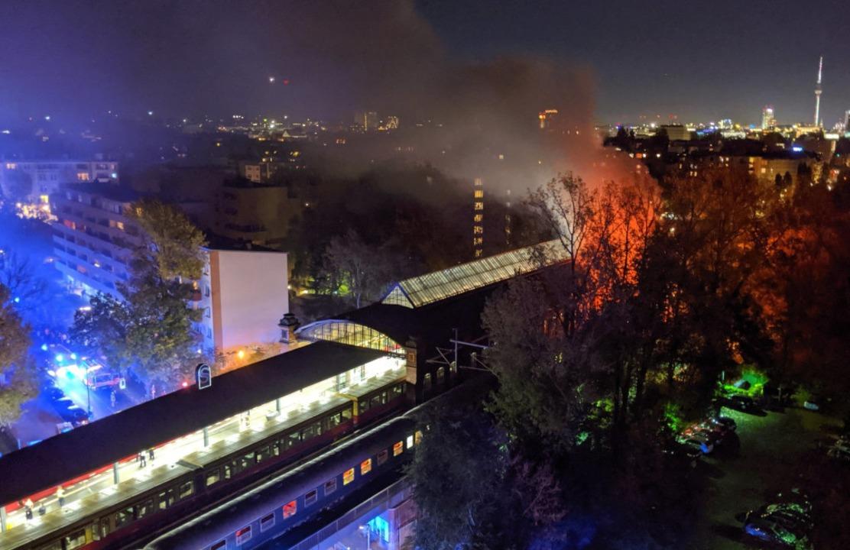 Das Feuer im Fanzug war am Samstagaben...inem Zugabteil in Berlin ausgebrochen.  | Foto: --- (dpa)