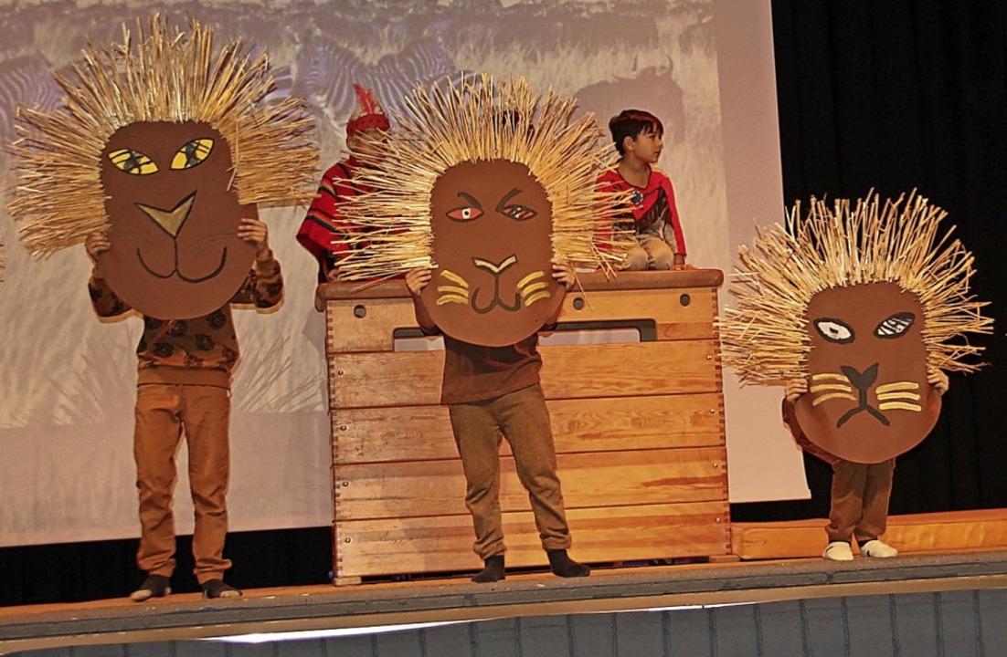 Vor allem Tänze begeisterten beim jüng...e hier beispielsweise mit Löwenmasken.  | Foto: Gerd Lustig