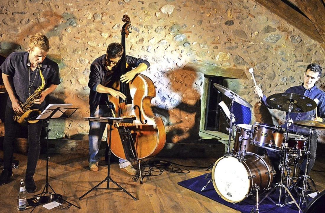 Jazztrio mit Fabian Willmann (von link...depriem in der Staufener Zunftscheuer   | Foto: Gabriele Hennicke