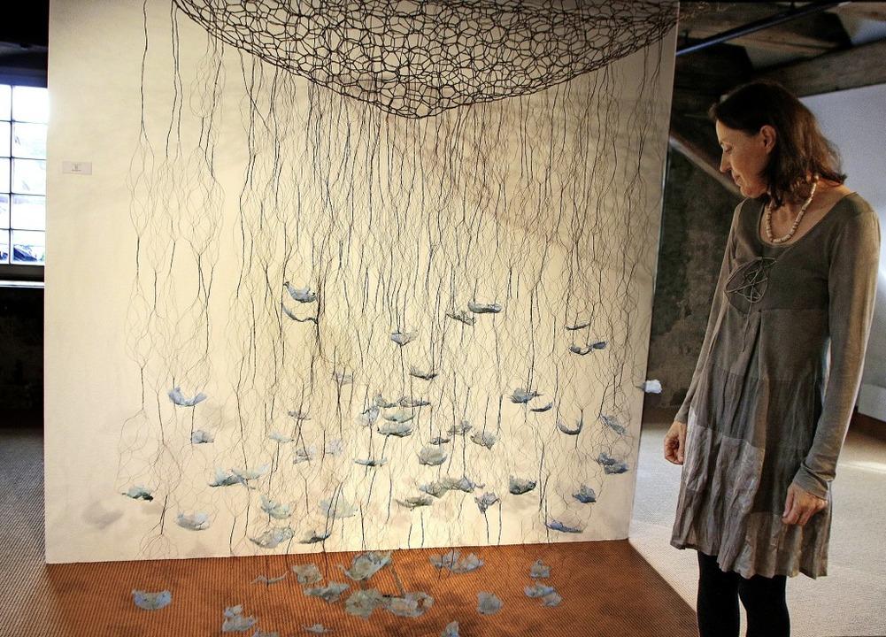 Ihre vegetabilen Objekte und Installat...in die  Städtische Galerie verpflanzt.  | Foto: Heidi Fößel