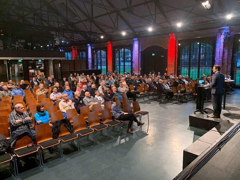 Rund 100 Zuhörerinnen und Zuhörer sind... Klinikinfo in die Reithalle gekommen.  | Foto: Helmut Seller