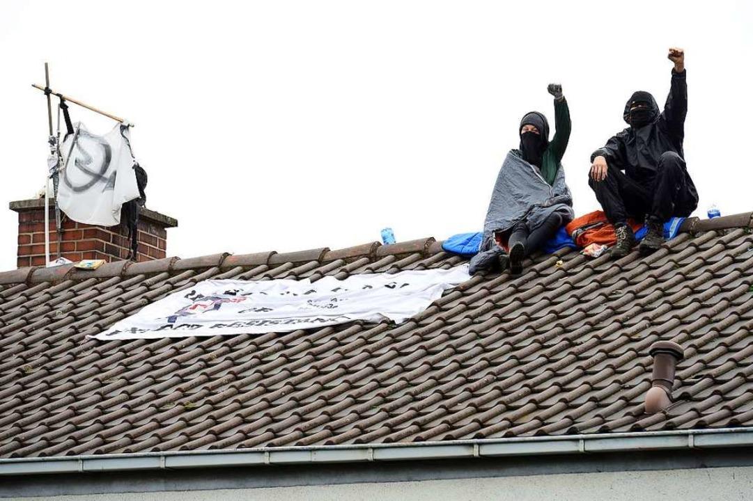 Gegen zwei Aktivisten, die bei der Räu...dem Dach saßen, ermittelt die Polizei.  | Foto: Ingo Schneider