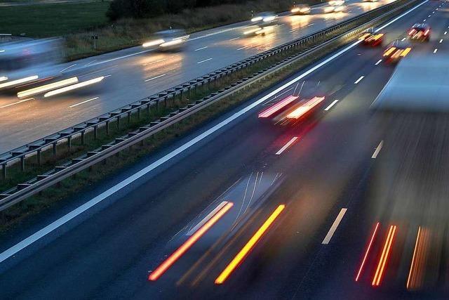 Zwei Schwerverletzte bei Auffahrunfall auf der A5 – langer Stau