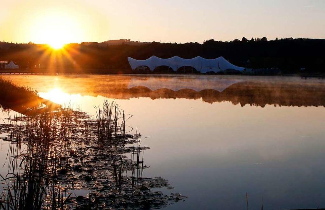 Ein Bild aus Gartenschau-Zeiten: Über dem Seepark geht die Sonne auf.  | Foto: Heidi Fößel