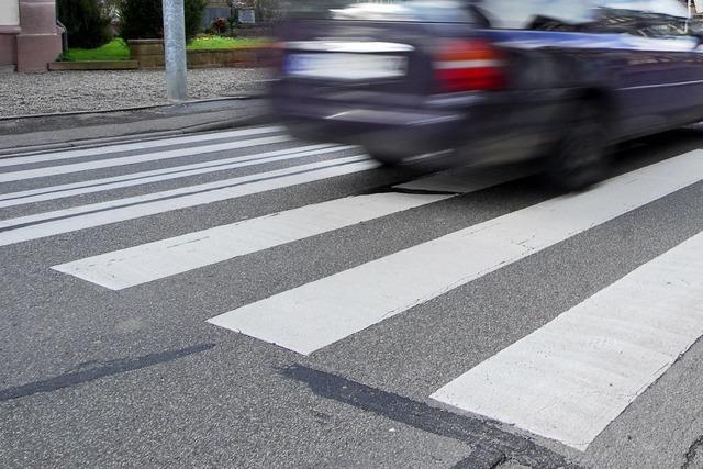 Fußgänger auf Zebrastreifen von Auto erfasst und schwer verletzt