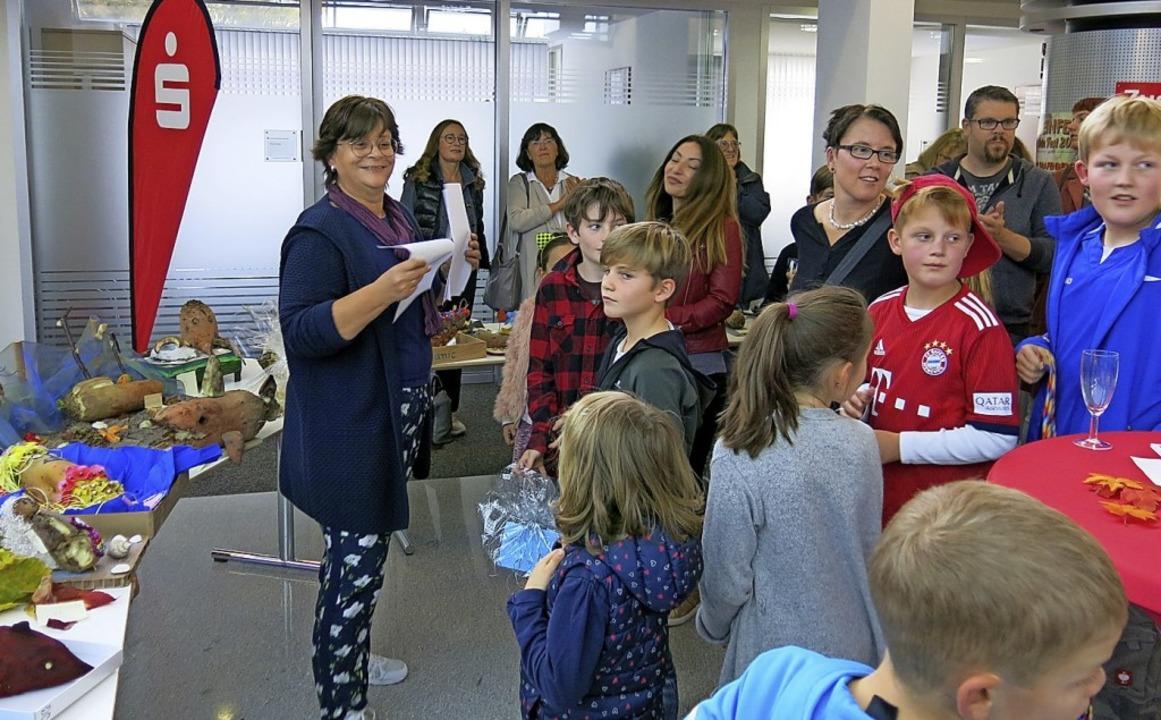 HGV-Vorsitzende Susanne Spachholz (li.... Kindern und Jugendlichen die Preise.     Foto: Erhard Morath