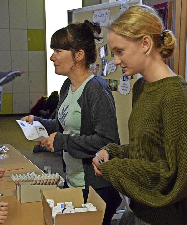 Arbeitskreis-Schüler verteilen Fairtrade-Schokoriegel.   | Foto: Helena Kiefer