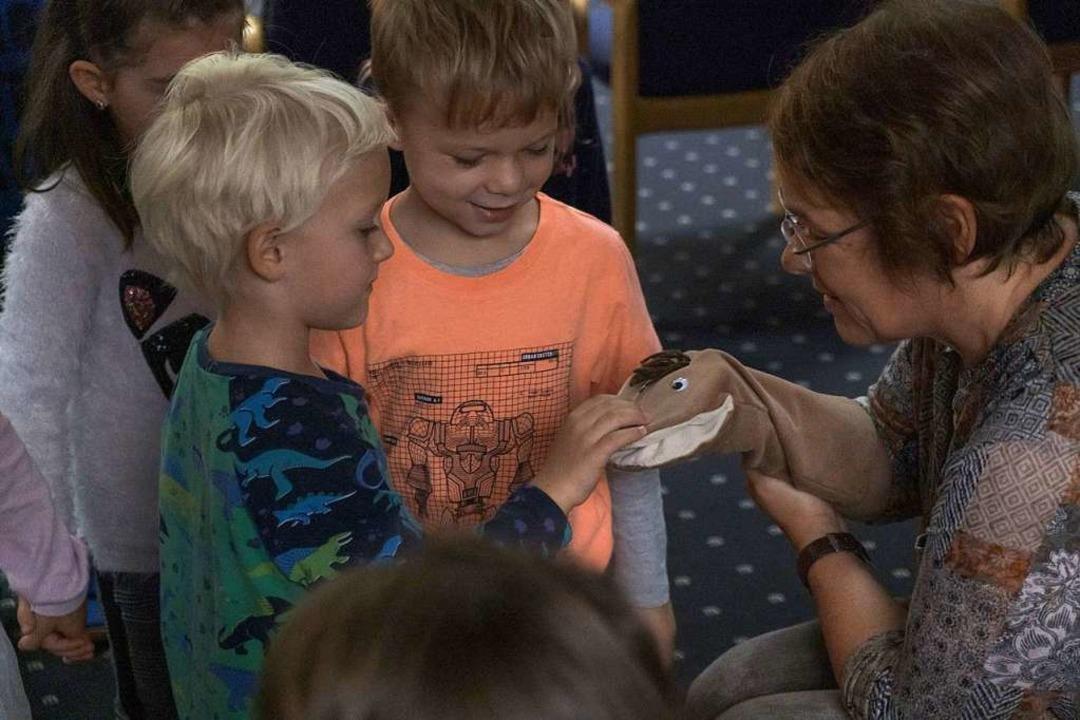 Kinder dürfen den Kompostwurm Paulchen...enspielerin Susanne Brecht streicheln.  | Foto: Ansgar Taschinski