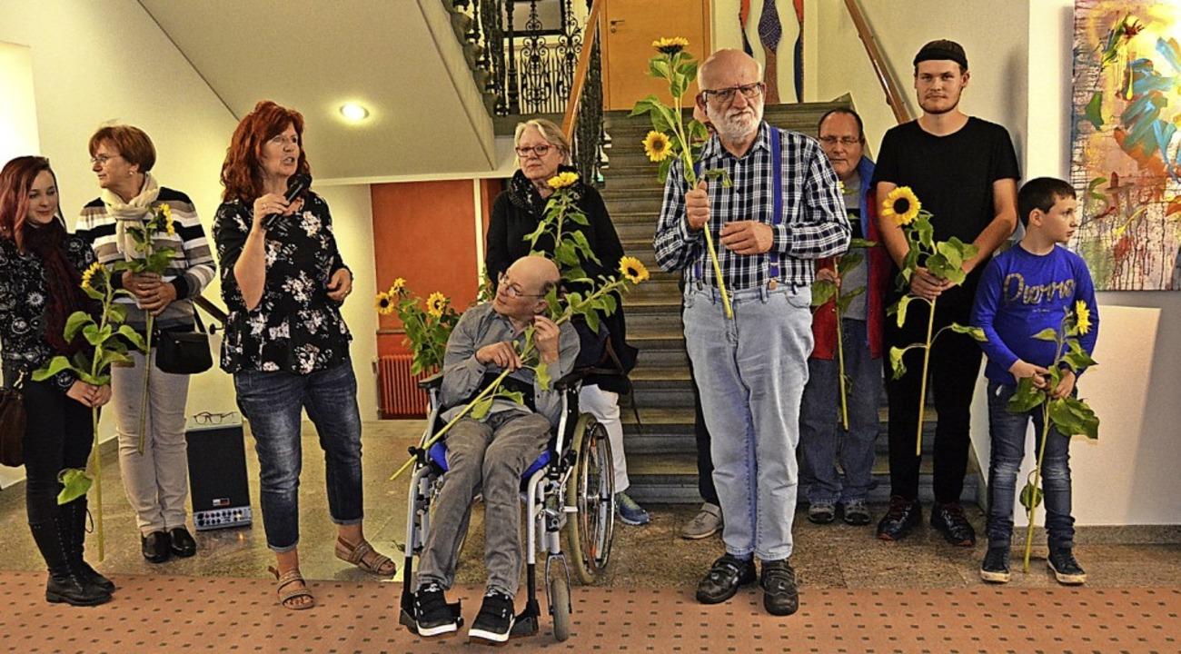 Blumen für die Kreativen gab es zur Eröffnung.   | Foto: Danielle Hirschberger