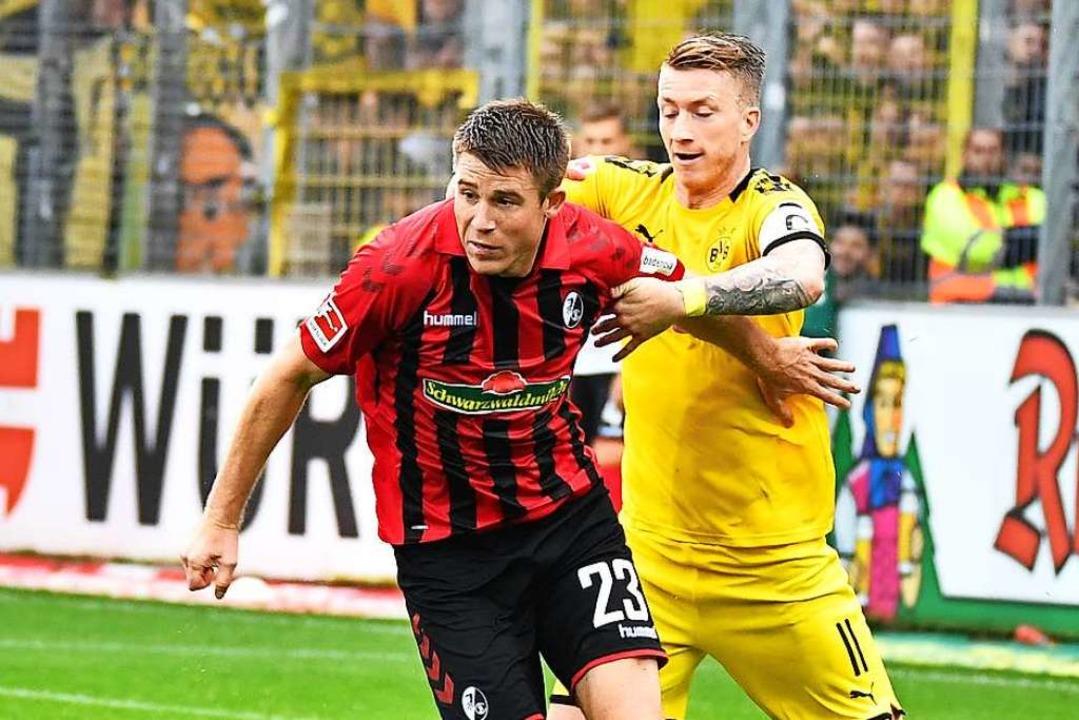 SC-Verteidiger Dominique Heintz (l.) s...ll ab gegen den Dortmunder Marco Reus.    Foto: Achim Keller