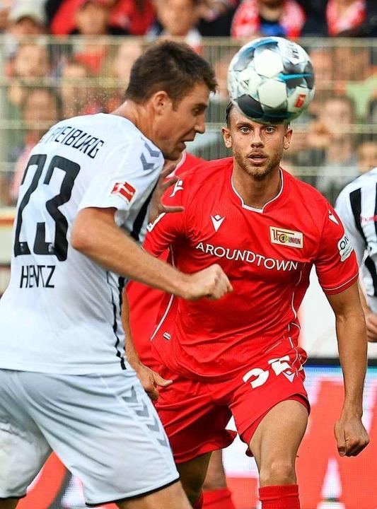 Heintz (l.) klärt per Kopf gegen den Berliner Marcus Ingvartsen.    Foto: JOHN MACDOUGALL (AFP)