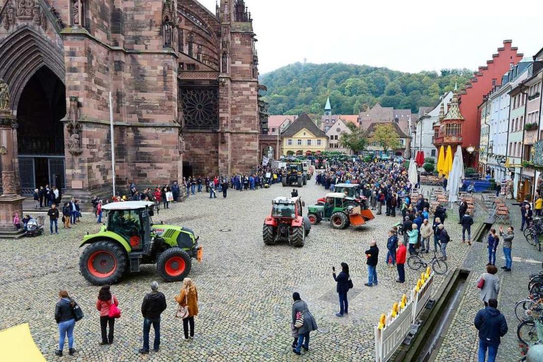 Beeindruckende Präsenz hatte die Landw...haft am Dienstag auf dem Münsterplatz.  | Foto: Ingo Schneider