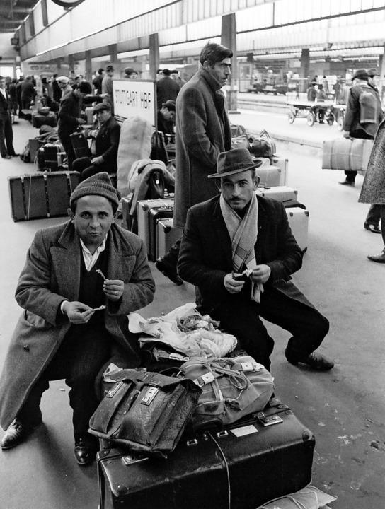 Sie kamen aus dem Süden: Gastarbeiter ...0er Jahre am Stuttgarter Hauptbahnhof   | Foto: H.P. Feddersen
