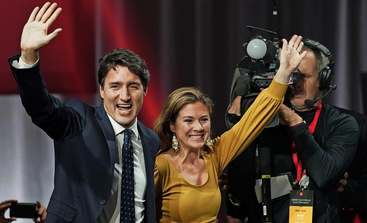 Justin Trudeau und seine Frau Sophie G...eln in der Wahlzentrale der Liberalen.  | Foto: Paul Chiasson (dpa)