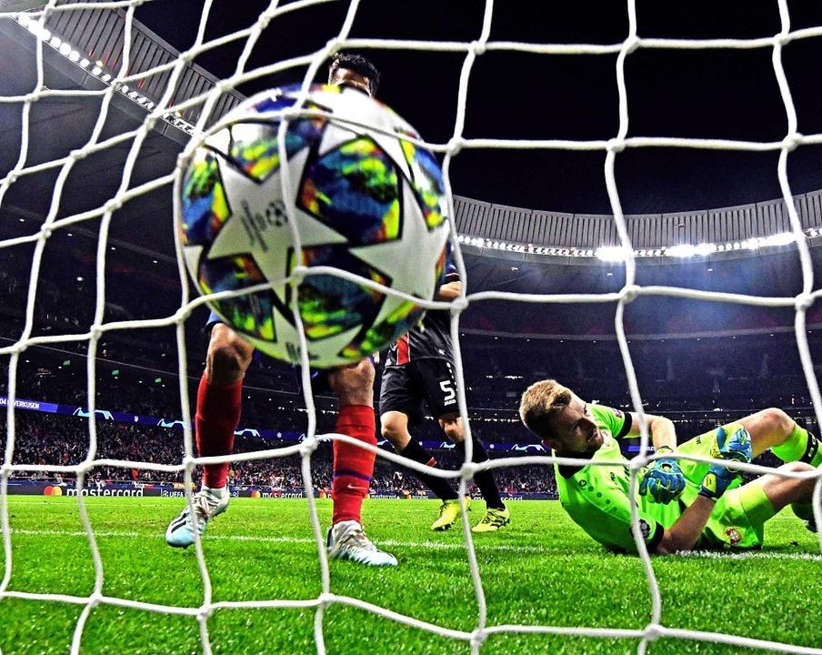 Leverkusens Torhüter Lucas Hradecky is...n – sein Team verliert  mit 0:1.  | Foto: OSCAR DEL POZO (AFP)