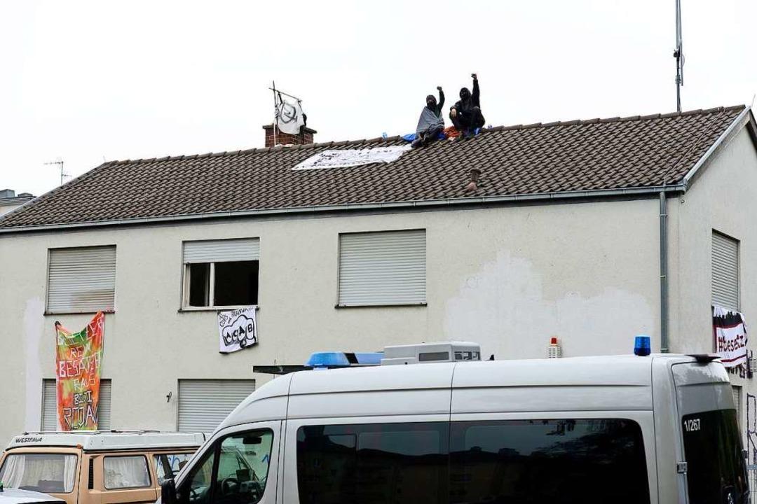 Zwei Hausbesetzer auf dem Dach der Feh... Montag, bevor das Haus geräumt wurde.  | Foto: Ingo Schneider