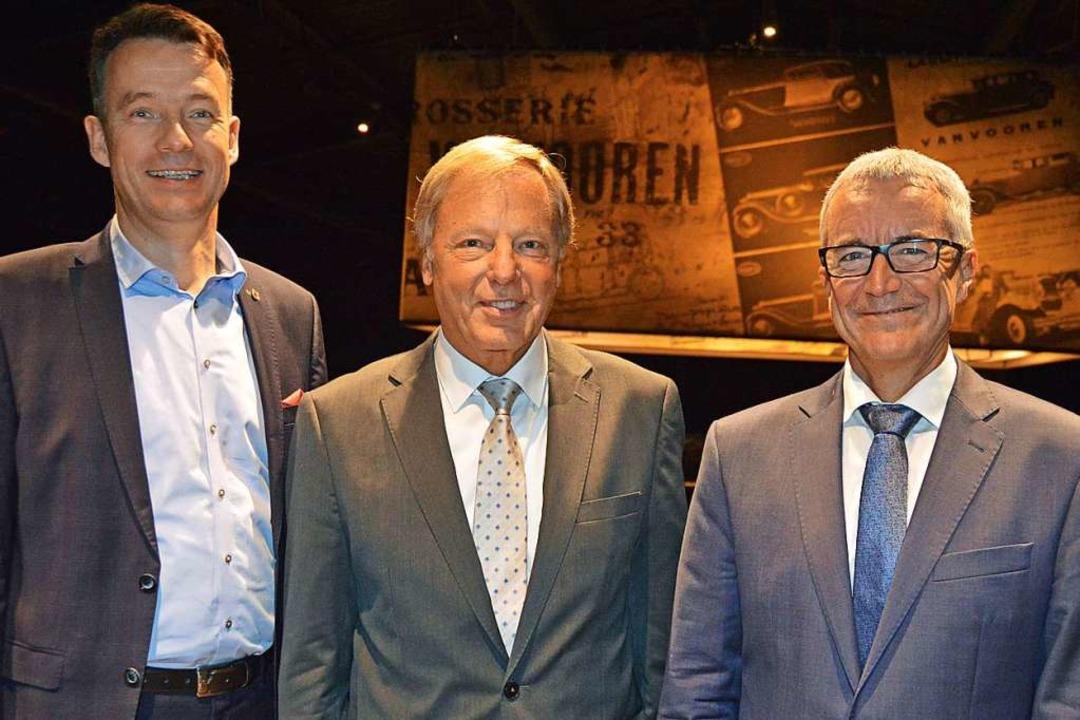 Bürgermeister Andreas Hall (links) und...-Weiß Kirchzarten,  zum Club-Jubiläum.  | Foto: Gerhard Lück