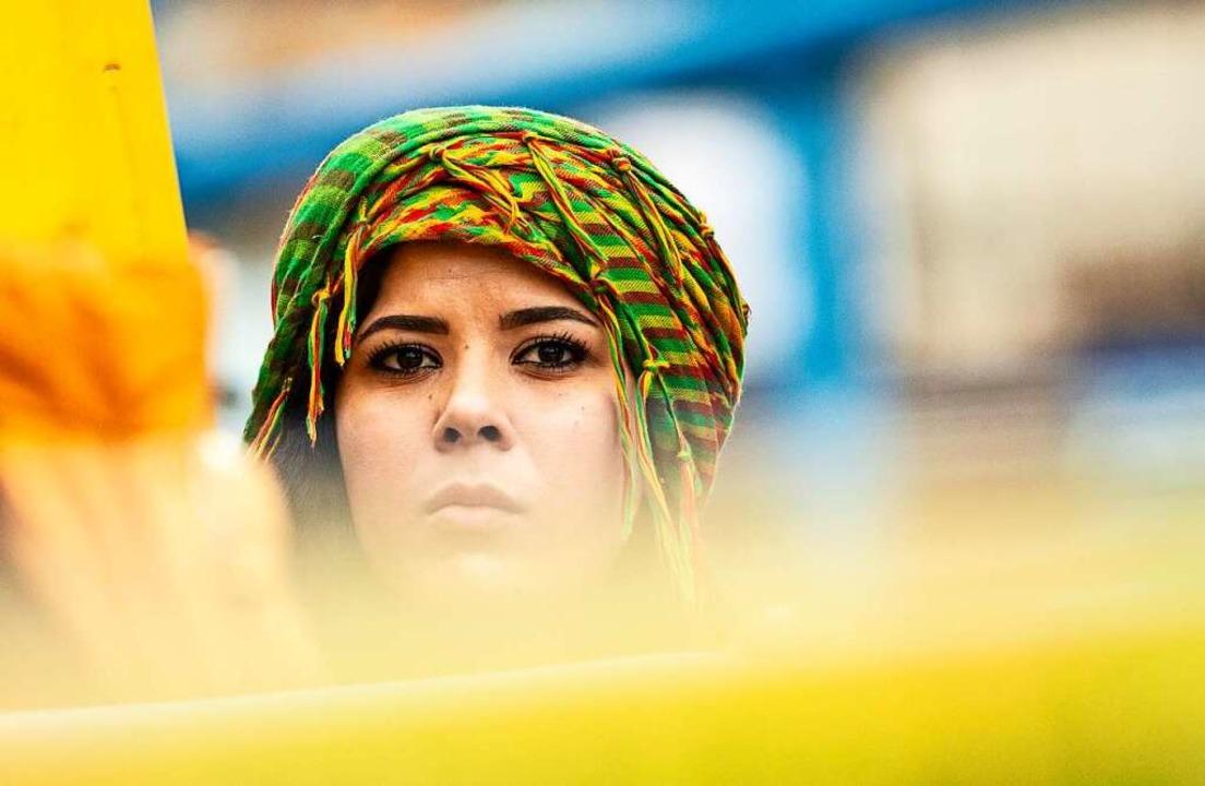Eine Kurdin als Teilnehmerin einer Demonstration  | Foto: Paul Zinken (dpa)