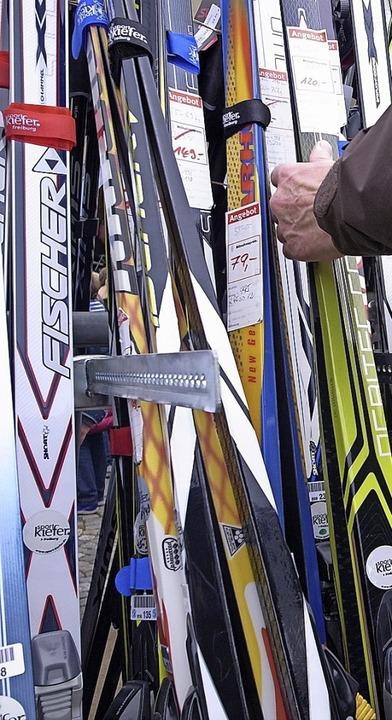 Die Qual der Wahl: Skier auf dem Emmendinger Brettlimärkt    Foto: Patrik Müller