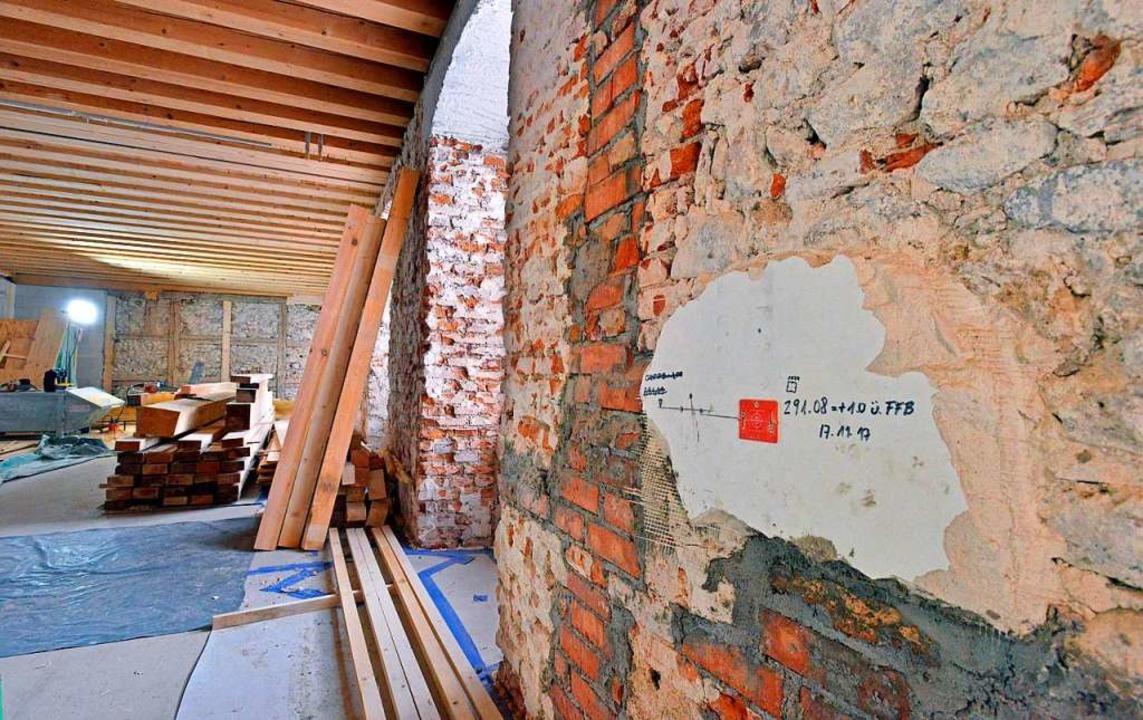 Innen ist der Putz der Wände des Augus...ine Feuchtigkeit eindringen zu lassen.    Foto: Michael Bamberger