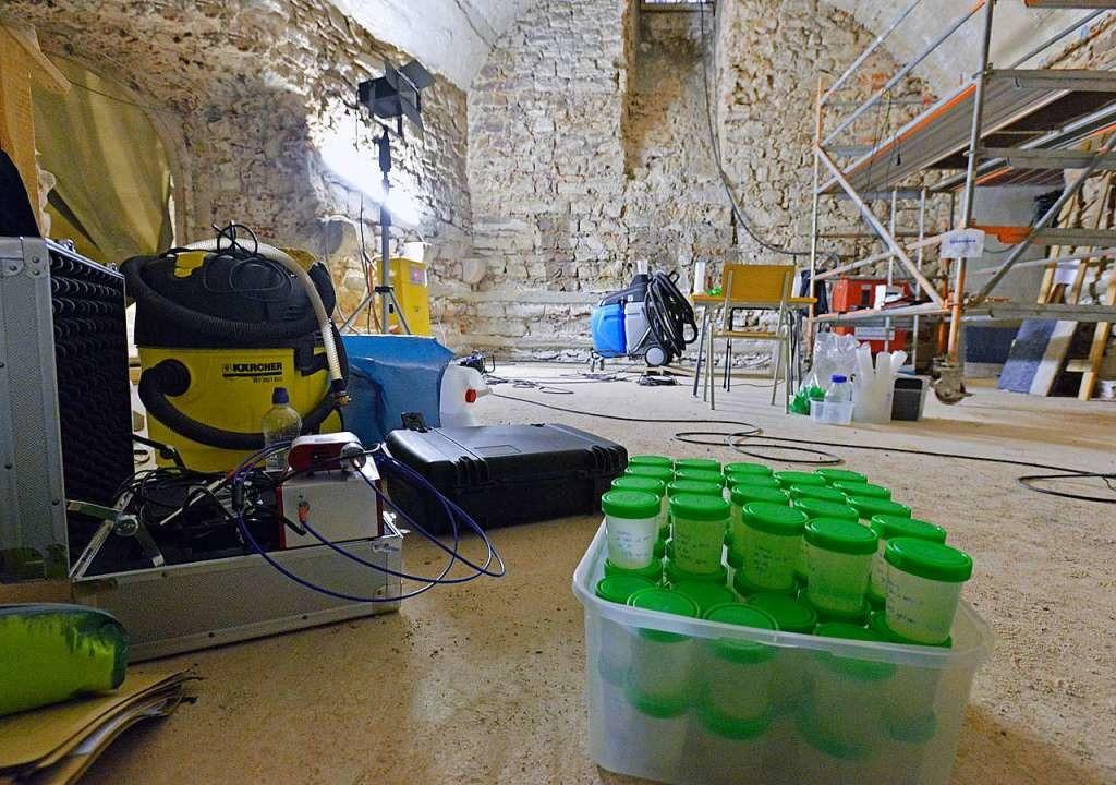 In der künftigen Schatzkammer wird der Salzgehalt der Wände gemessen.    Foto: Michael Bamberger