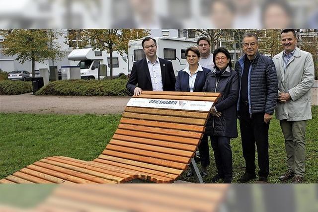 13 Sonnenliegen für 15 000 Euro gespendet