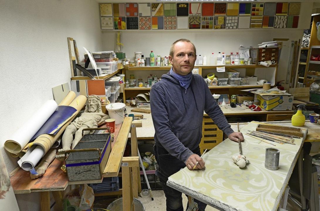 Kai Berger, Kirchenmalermeister und Re..., in seiner Werkstatt in St. Georgen.   | Foto: Ingo Schneider