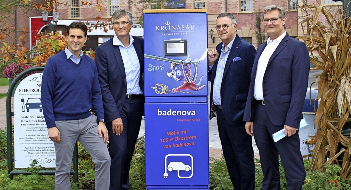 Die erste E-Ladesäule im Wasserparkgel... Roland Mack, Klaus Preiser (Badenova)  | Foto: ADelbert MUtz
