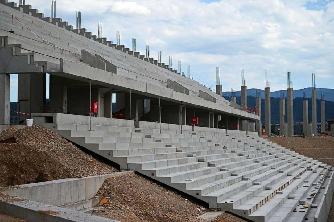 Ein Teil der Tribüne steht auf der Bau... neue Stadion des SC Freiburg bereits.  | Foto: Patrick Seeger (dpa)