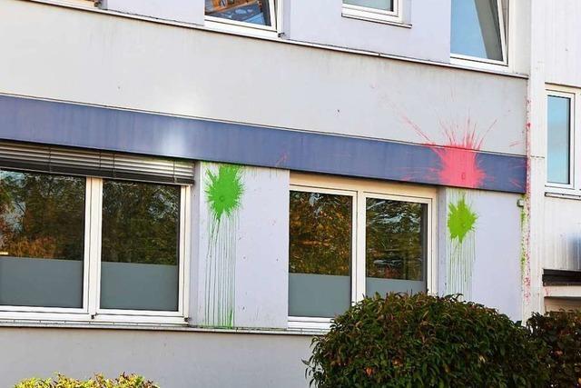Unbekannte werfen Farbbeutel auf die Hauswand des Immobilienkonzerns Vonovia