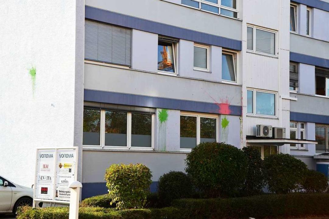 Nachdem in der Nacht zuvor zwei Firmen...ch Farbbeutel an das Gebäude geworfen.  | Foto: Kathrin Blum