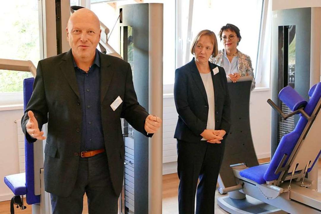 Klinikleiter Ralf Dölle und die ärztli...en Möglichkeiten im neuen Fitnessraum.  | Foto: Ralf Morys