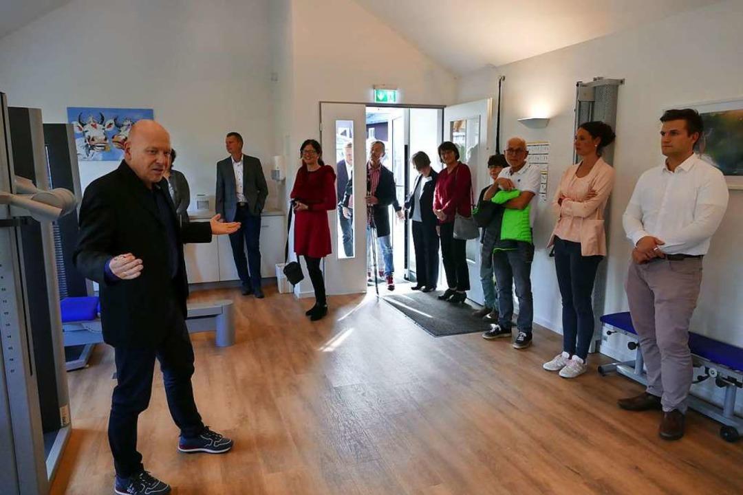 Klinikleiter Ralf Dölle  erklärt den G...en Möglichkeiten im neuen Fitnessraum.  | Foto: Ralf Morys