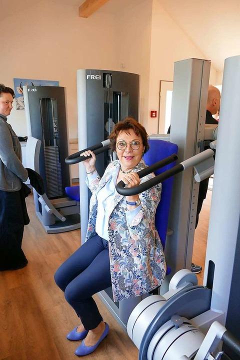 Kirsten Soyke, Kuratoriumsvorsitzende ...t ein Gerät im neuen Fitnessraum aus.   | Foto: Ralf Morys