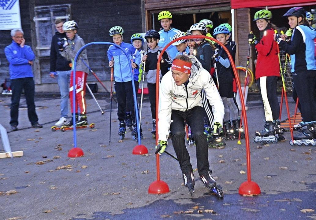 Fix durchs  Schlupftor am Thurner: Weltklasse-Biathlet Benedikt Doll  | Foto: Annemarie Zwick