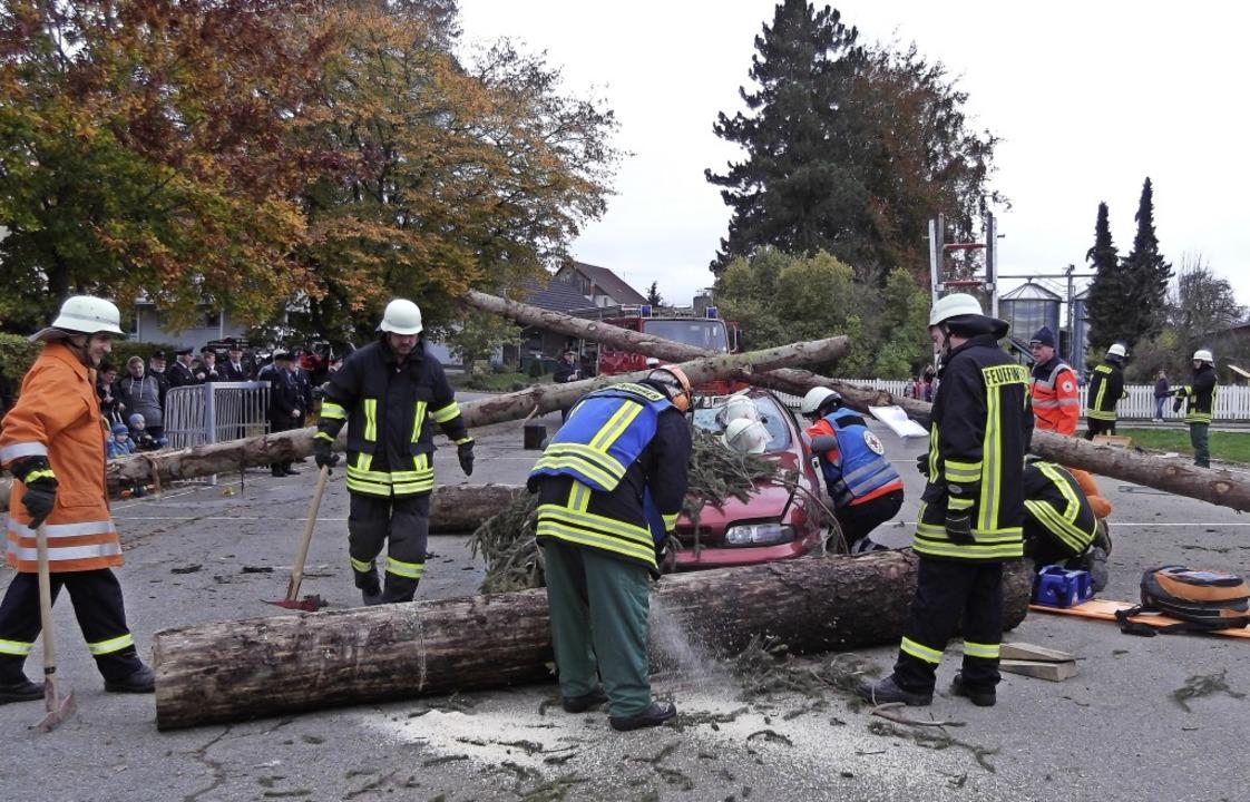 Herbstabschlussprobe der Feuerwehr Ewa...sonen wurden vom DRK Wutach versorgt.     Foto: Gertrud Rittner
