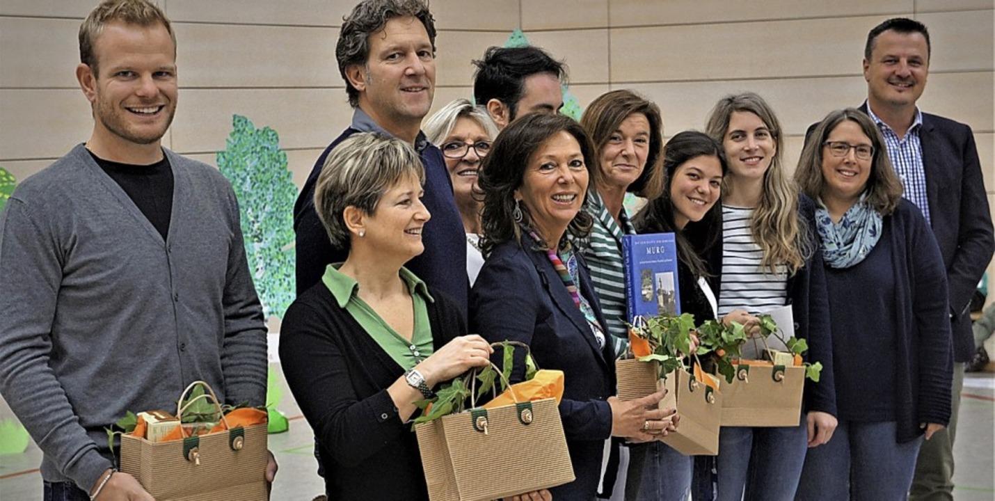 Die Delegation aus Pinzolo, zusammen m...schenk aus dem Weltlädeli überreicht.   | Foto: Reinhard Herbrig