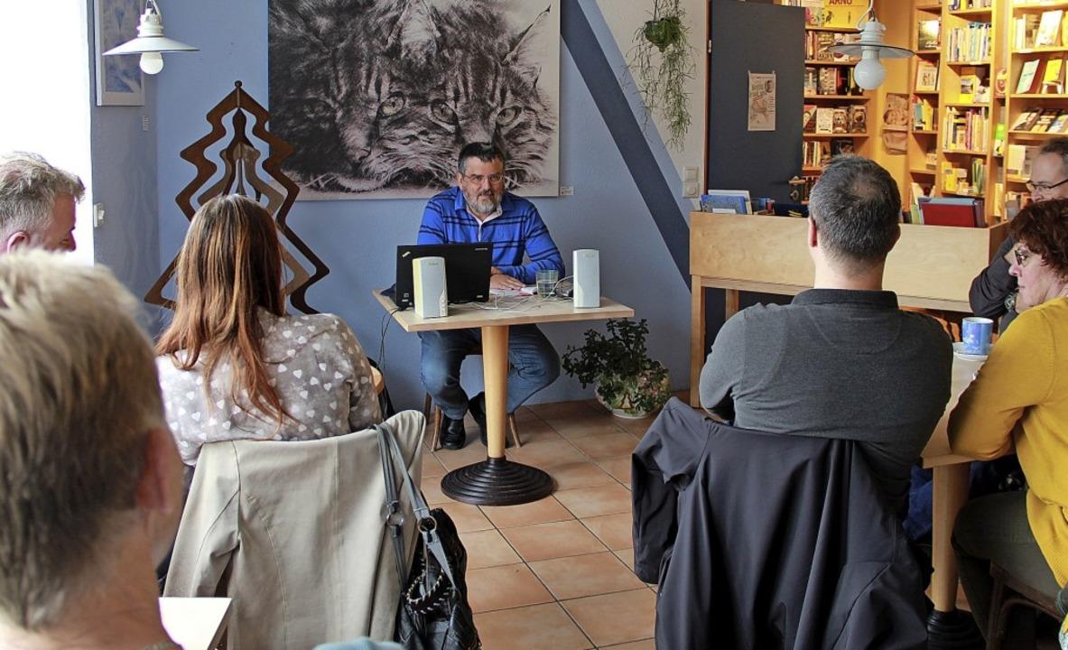 """Gerhard Krug bei der Lesung aus seinem...""""Buch&Café"""" Laufenburg    Foto: Christiane Pfeifer"""