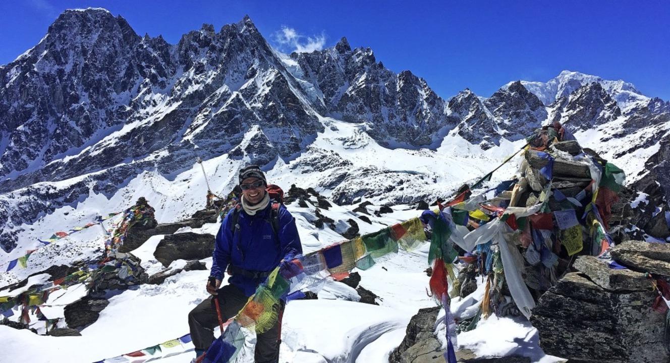 Daniel Knäble vor dem Panorama des Himalaya auf 5500 Metern Höhe.  | Foto: privat