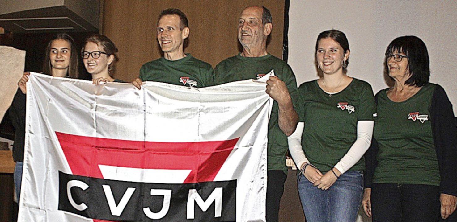 Der heutige Vorstand mit dem ersten Vo...lfgang Winkler (rechts am CVJM-Banner)    Foto: Dieter Fink