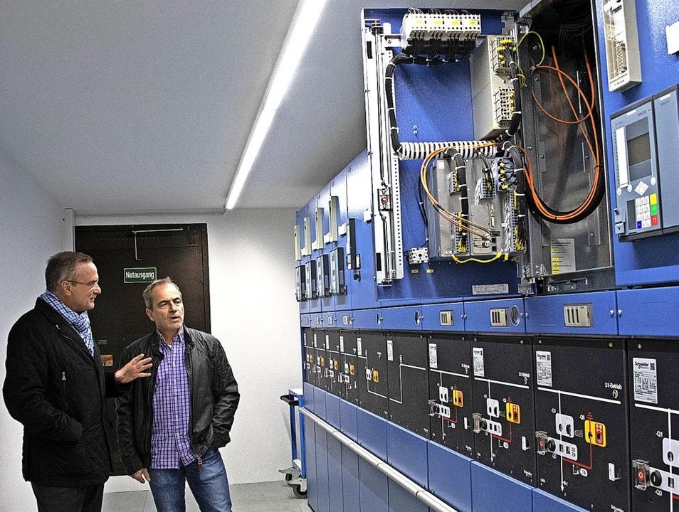 Eine hochmoderne Schaltstation soll di...arl-Eugen Engler die neue Anlage vor.     Foto: Volker Münch
