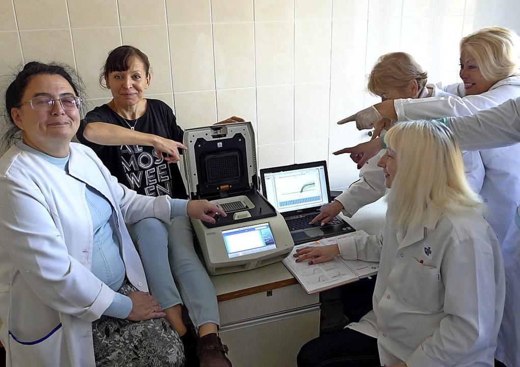 Das Krankenhauspersonal freut sich über das neue Laborgerät.   | Foto: Thomas Harms
