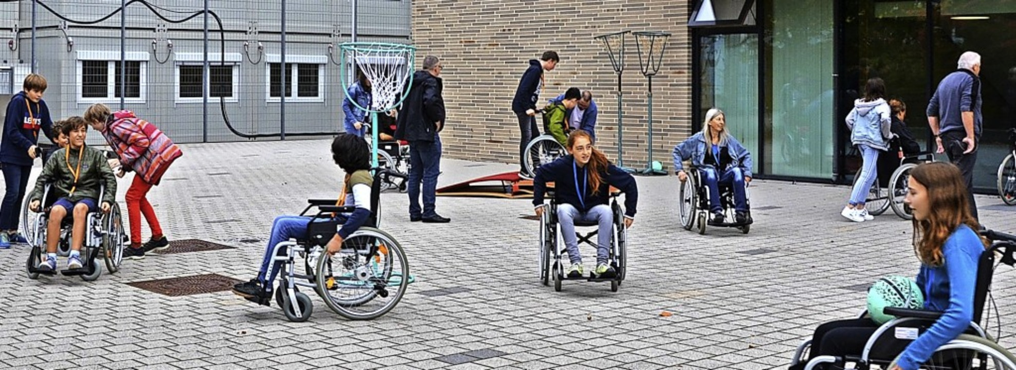 <BZ-FotoAnlauf>Rollifreunde: </BZ-Foto...lltagsaufgaben im Rollstuhl erledigen.    Foto: Viola Kaemmer