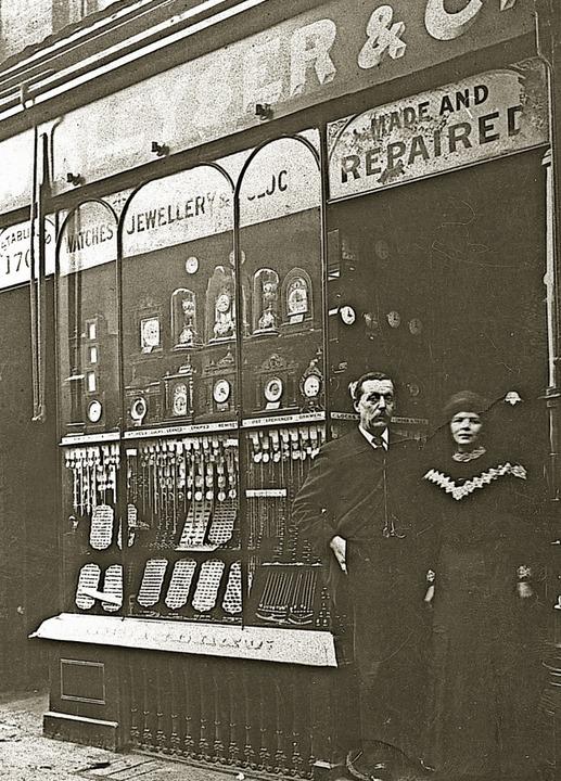 Alfred Burger und seine Frau Anna Mari...er vor ihrem Uhrengeschäft in London.     Foto: Archiv Constable