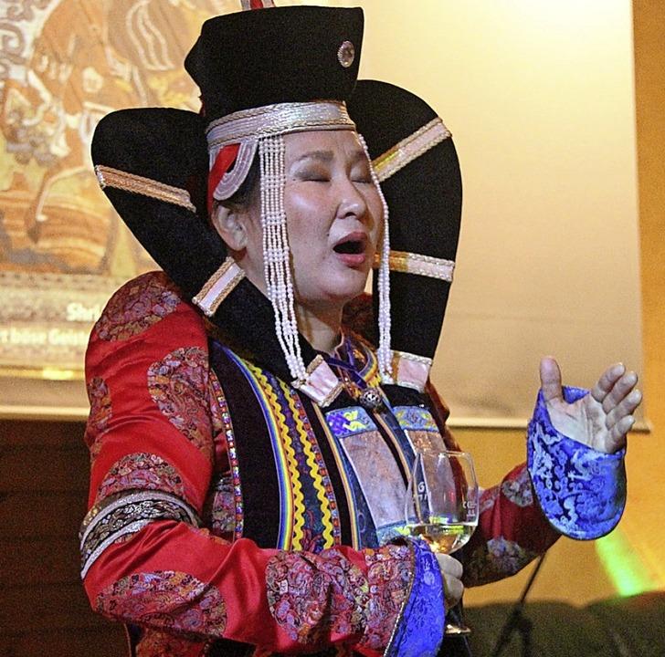 In mongolischer Tracht trat Sängerin Baadma im Eichstetter Weingut Rinklin auf.  | Foto: Horst David