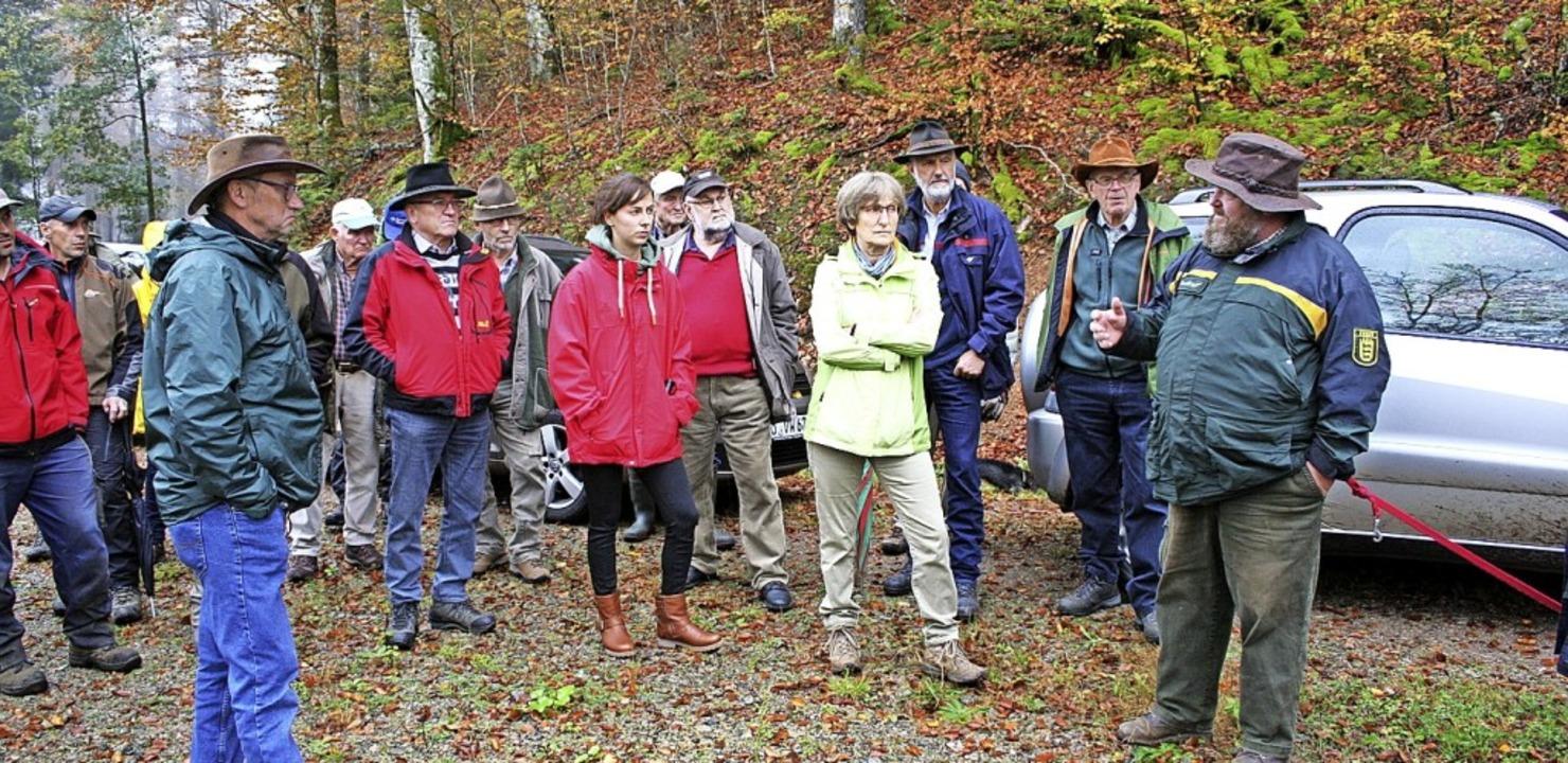 Revierleiter Jörg Gempp (rechts) erläu...Waldbesitzern die Gesamtlage im Wald.     Foto: Gerd Sutter