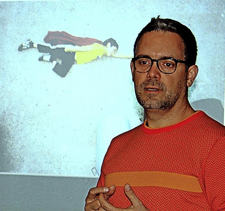 Jan von Holleben erklärte, wie er Kind... Superman (hinten) zum Fliegen bringt.    Foto: Mitarbeiter der Stadtverwaltung Waldkirch