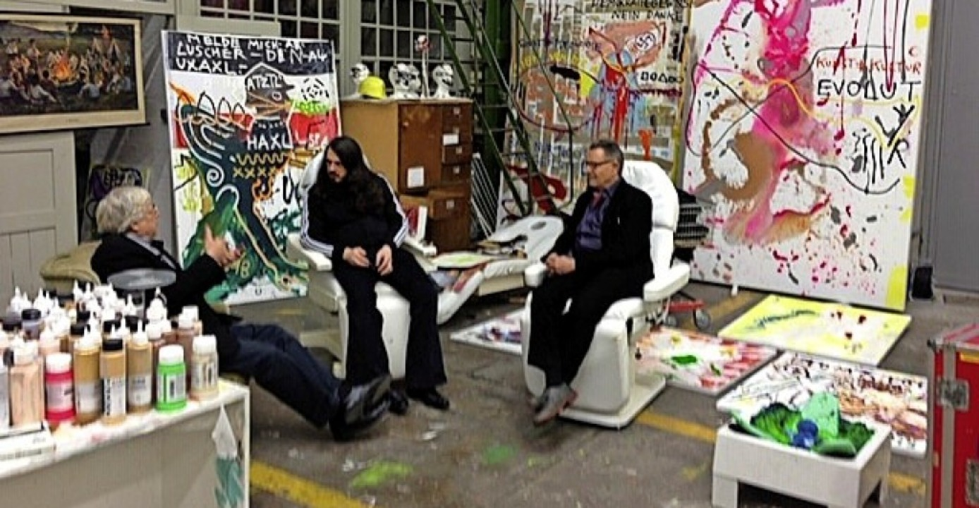 Im Atelier: Bazon Brock (l.) mit Beat Wyss (r.) bei  Jonathan Meese  | Foto: Matthiessen