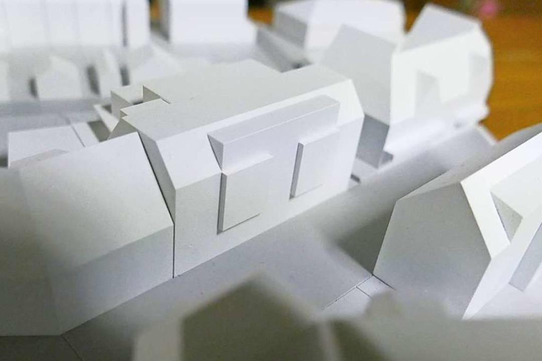 So sieht der geplante Neubau in der Fußgängerzone (Mitte) im Modell aus.  | Foto: Ingrid Böhm