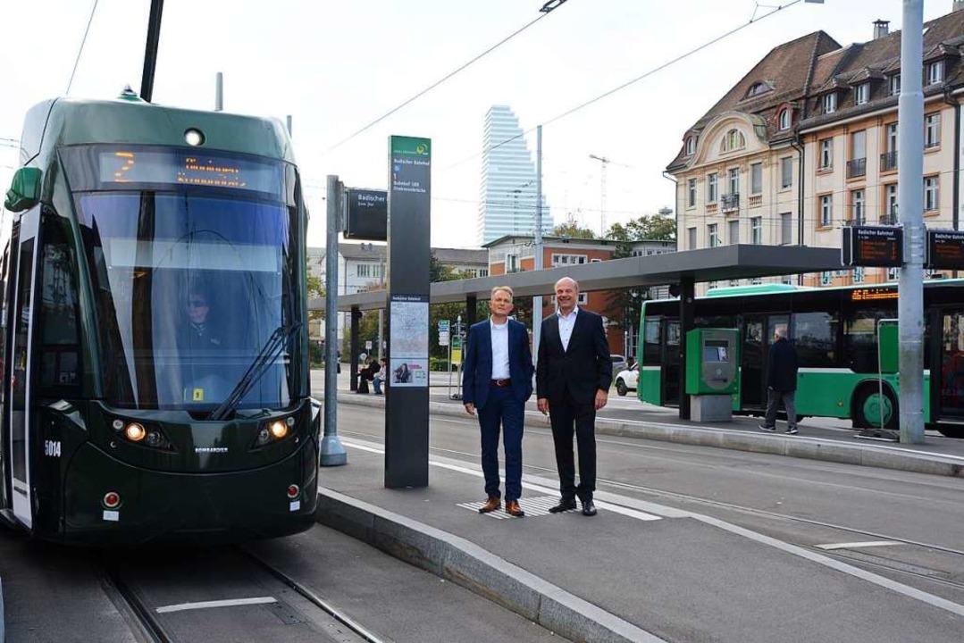 Frank Bärnighausen (RVL, links) und  A...testelle am Badischen Bahnhof in Basel  | Foto: Annette Mahro